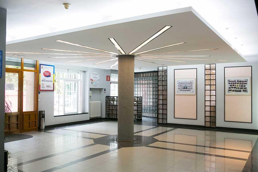 Instalaciones - Hall de entrada al Colegio Mater